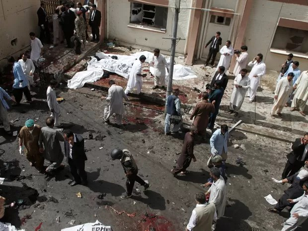 ATTENTION EDITORS - VISUAL COVERAGE OF SCENES OF INJURY OR DEATH An overview of the scene of a bomb blast outside a hospital in Quetta, Pakistan, August 8, 2016. (Foto: Naseer Ahmed/Reuters)