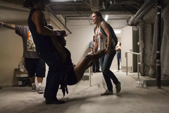 Pessoas carregam mulher ferida durante festival de música country em Las Vegas em que centenas de tiros foram disparados (Foto: Chase Stevens/Las Vegas Review-Journal via AP)