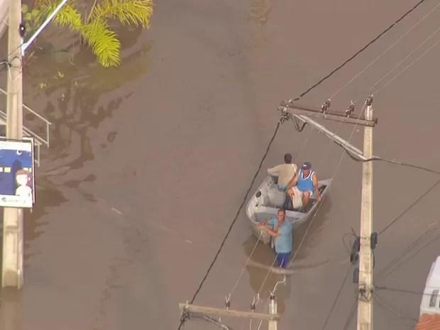 Pessoas deixaram casas de barco em Itaipuaçu, RJ (Foto: Reprodução/ TV Globo)