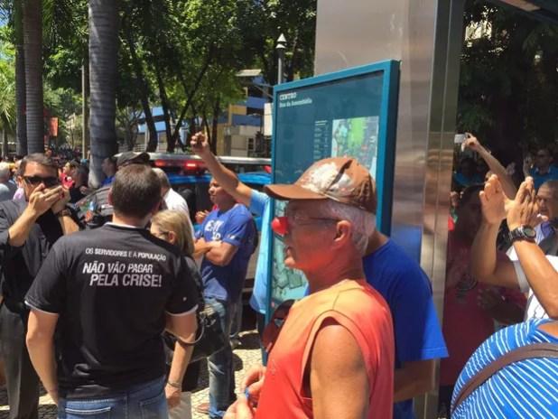Servidor usa nariz de palhaço para protestar contra pacote de medidas do Governo do RJ (Foto: Fernanda Rouvenat/ G1)