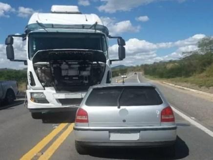 Condutor do carro colidiu em um caminhão após atingir o motociclista na BR-232 em Arcoverde (Foto: Divulgação/PRF)