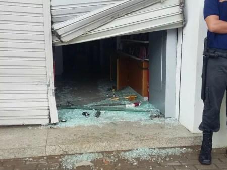 Lojas também foram alvo da ação dos criminosos em Barreiros (Foto: Danilo César/TV Globo)