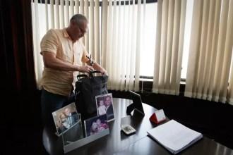 O secretário de Segurança do Rio, José Mariano Beltrame, guarda o crucifixo que pendurou em seu gabinete quando assumiu o cargo em 2007. Ele está deixando a pasta (Foto: Pablo Jacob / Agência O Globo)