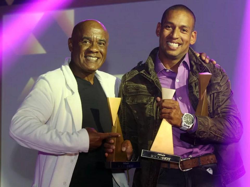 O veterano Kid Bengala (à esq.), de 60 anos, entrega um dos três troféus vencidos por Yuri, seu 'sucessor', no Prêmio Sexy Hot 2015 (Foto: Eduardo Viana/Divulgação)
