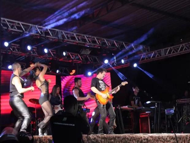 Chimbinha ficou só no palco durante as cinco primeiras mísicas (Foto: Amanda Dourado)