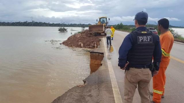 Segundo PRF erosão atingiu quilômetro da BR 364, mas trânsito segue normal (Foto: PRF/Divulgação )