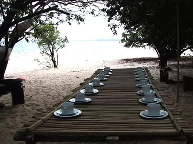 Café da manhã na praia às margens do Rio Arapiuns (Foto: Ândrea Colares/Projeto Saúde e Alegria)