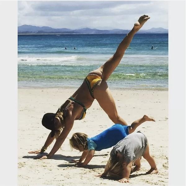 Esposa de Chris Hemsworth, a atriz Elsa Pataki faz exercícios na praia acompanhada dos filhos (Foto: Instagram)