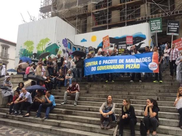 Manifestantes protestam contra o pacote de austeridade do governo do Rio (Foto: Patrícia Teixeira/G1)