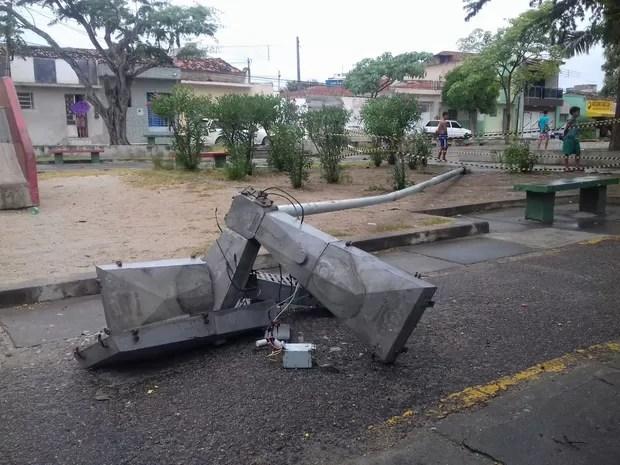 Poste caiu em praça no Bairro Santa Clara, em Caruaru (Foto: Pedro Jefferson/TV Asa Branca)