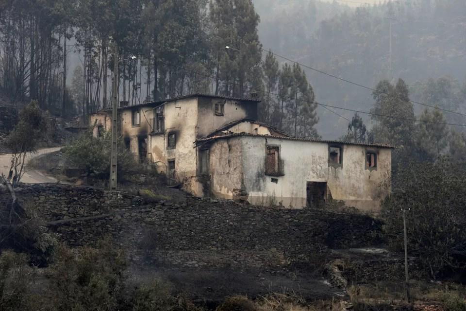 Casa é fica danificada após incêndio em Pedrogão Grande, em Portugal, neste domingo (18)  (Foto: Miguel Vidal/ Reuters) Incêndio em Portugal dura mais de 24 horas; mais de 60 morreram Incêndio em Portugal dura mais de 24 horas; mais de 60 morreram casa 2