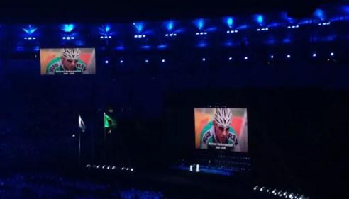 Descrição da imagem: Bahman, do Irã, sendo homenageado no Maracanã (Foto: Rio 2016 / Twitter)