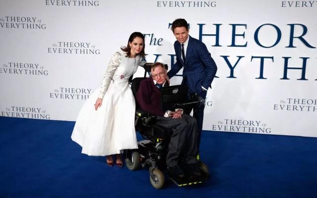 Stephen Hawking com os atores Felicity Jones e Eddie Redmayne na estreia do filme 'A teoria de tudo' em Londres, em 2014 (Foto: Justin Tallis / AFP Photo)