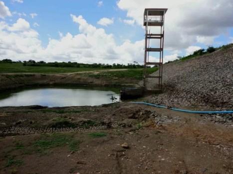 Barragem Riacho do Pau, localizada em Pedra, abastecia Arcoverde e está com 0,9% da capacidade total (Foto: Divulgação/Compesa)