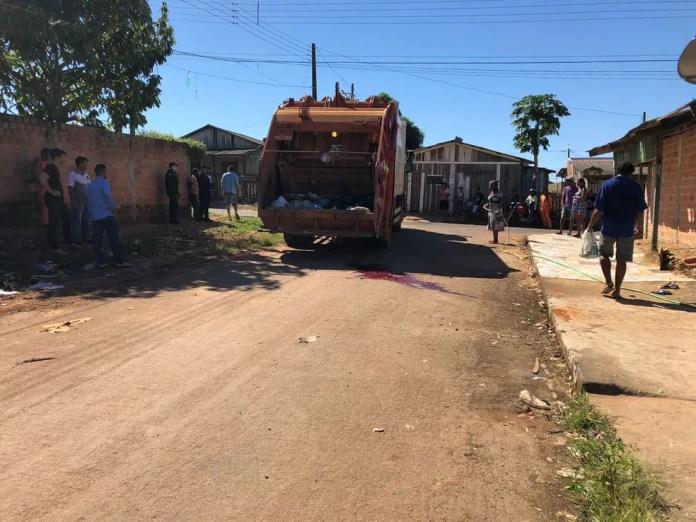 Veículo passou sobre as costas da vítima, que morreu no local.  (Foto: Jeferson Carlos/G1)