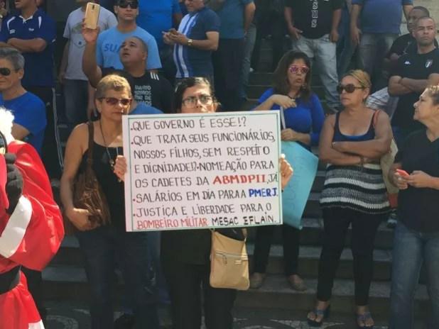 Mulher pede respeito aos policiais e outros servidores em cartaz exibido no Rio (Foto: Fernanda Rouvenat/ G1)