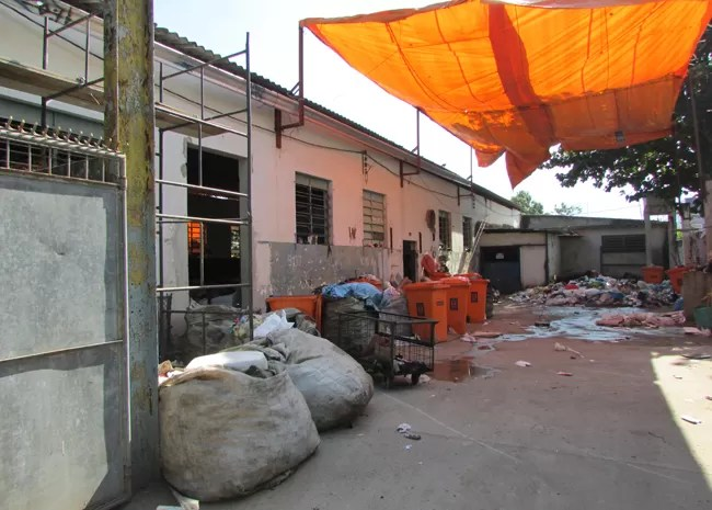 Produto químico despejado em pátio de central de Reciclagem de Bangu ainda não foi identificado (Foto: Janaína Carvalho / G1)