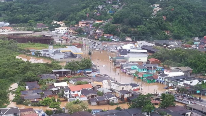 Bairro Rio Tavares, em Florianópolis, tem vários pontos de alagamento (Foto: Eveline Poncio/NSC TV)
