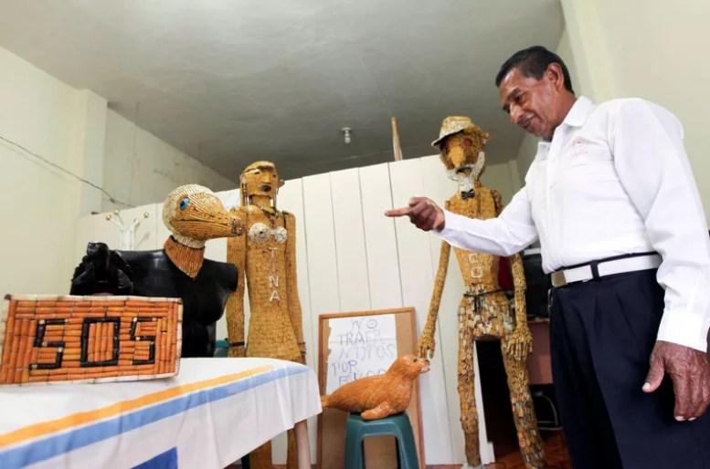Com as milhares de bitucas, ele criou, inclusive, bonecos (Foto: Guillermo Granja/Reuters)