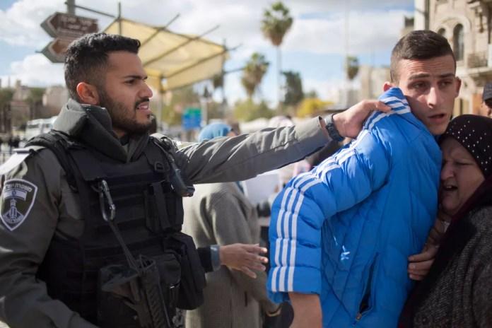 Policial israelense empurra manifestante palestino durante protesto no Porta de Damasco, na entrada da cidade Velha de Jerusalém, nesta quinta-feira (7) (Foto: Ariel Schalit/ AP)