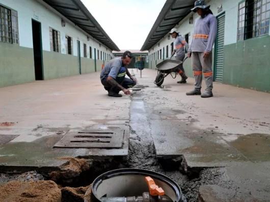 Operários trabalham na Escola Classe 1 da Estrutural para conter vazamento de gás tóxico (Foto: Tony Winston/Agência Brasília)