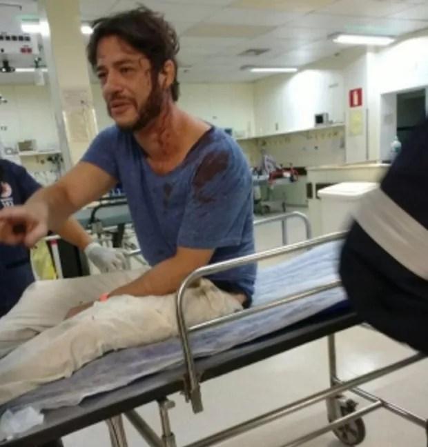 Igor Cotrim aparece no hospital logo após assalto (Foto: Leonardo Alvarenga) Igor Cotrim leva três pontos na cabeça ao ser agredido em assalto Igor Cotrim leva três pontos na cabeça ao ser agredido em assalto igor