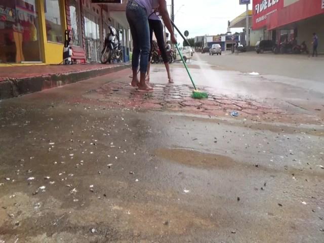 Lojistas reclamam do odor e da quantidade de fezes que ficam nas calçadas de Jaru, RO (Foto: Rede Amazônica/Reprodução)