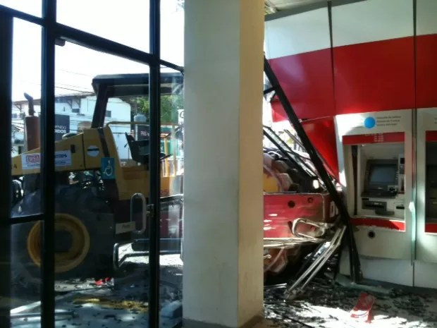 Máquina de obras invade agência bancária em Olinda, PE. (Foto: Gabriela Lisboa/TV Globo)