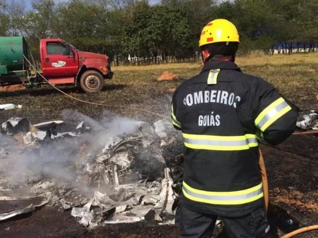 Avião caiu durante voo panorâmico em Corumbaíba, em Goiás (Foto: Divulgação/Bombeiros)