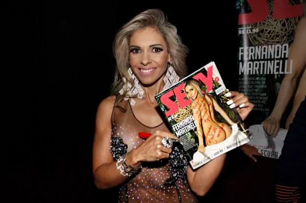 Fernanda Martinelli autografa revista para a redação do EGO (Foto: Celso Tavares/EGO)