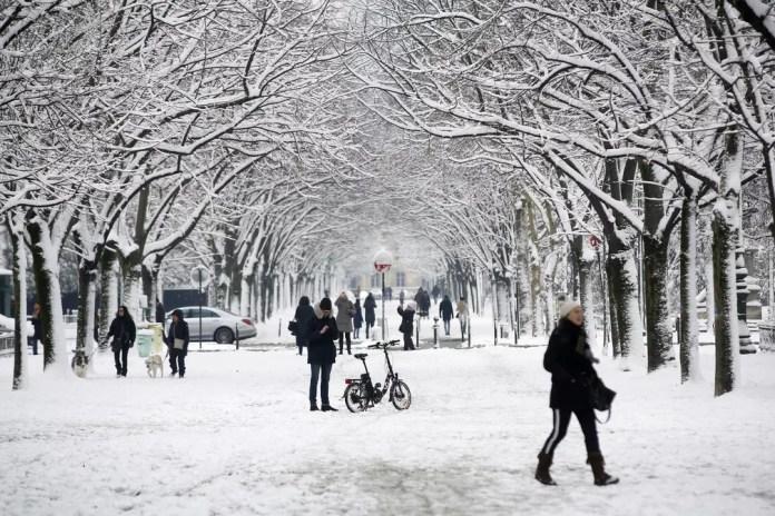 Rua coberta de neve em Paris (Foto:  Thibault Camus/AP)
