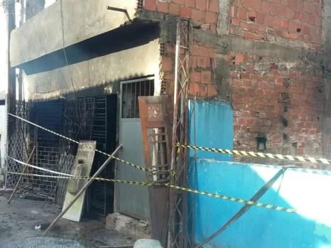 Incêndio destruiu casa de dois pavimentos na Avenida Justiça e Paz, em Areias, no Recife (Foto: Pedro Lins/TV Globo)