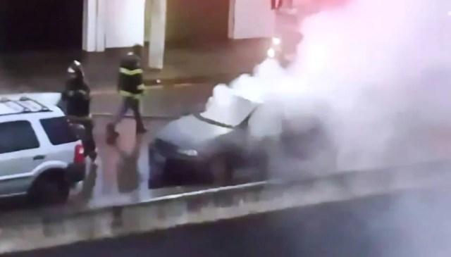 Veículo ficou destruído após homem traído atear fogo em Santos, SP (Foto: Reprodução)