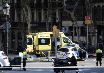Polícia espanhola no local do ataque em Barcelona (Foto: France Presse)