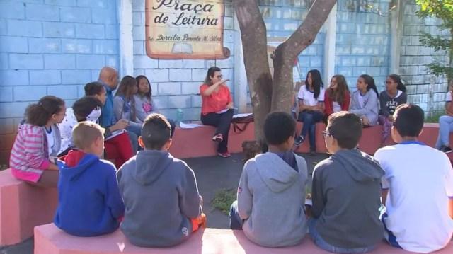 Pátio de escola de Rio Preto se transformou em ambiente para roda de leituras (Foto: Reprodução/TV TEM)