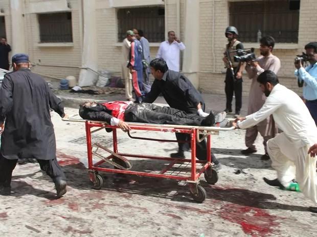 Voluntários ajudaram no transporte de feridos após explosão em um hospital em Quetta, no Paquistão, nesta segunda-feira (8) (Foto: Naseer Ahmed /Reuters)