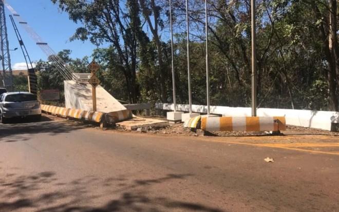 Carro bateu em barreira de proteção e caiu no Rio Paranaíba, em Itumbiara (Foto: Divulgação/Polícia Civil)