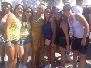 Vestida de dourado, a travesti Xuxete (ao centro) veio de Sepetiba para participar da Parada Gay em Copacabana (Foto: Isabela Marinho/G1)