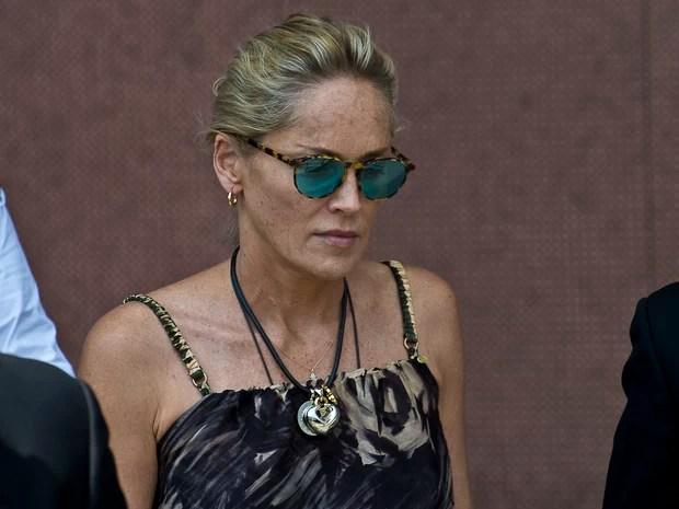 Sharon Stone em Roma, na Itália (Foto: Splash News/ Agência)  Sem maquiagem, Sharon Stone aparece irreconhecível spl578768 010
