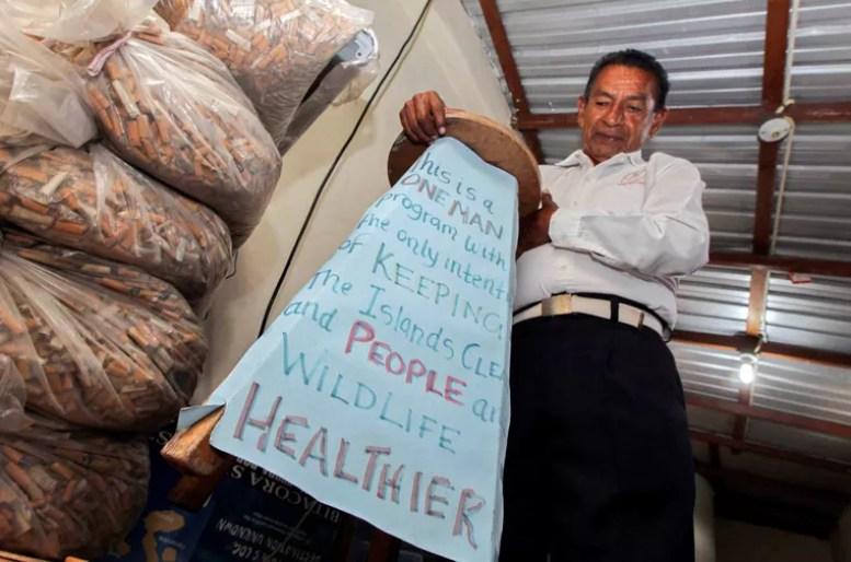 Andagana alega ter limpado sozinho a cidade de Puerto Ayora das incômodas pontas de cigarro (Foto: Guillermo Granja/Reuters)