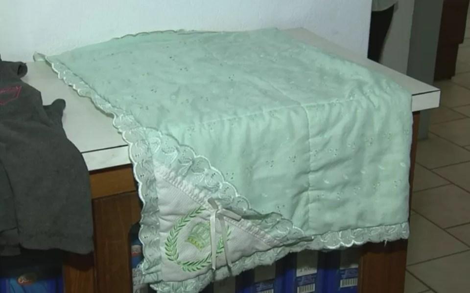 Cobertor que estava com a criança abandonada (Foto: Reprodução/TV TEM) Recém-nascida é encontrada dentro de mochila com bilhete: 'Cuide bem dela' Recém-nascida é encontrada dentro de mochila com bilhete: 'Cuide bem dela' cobertor