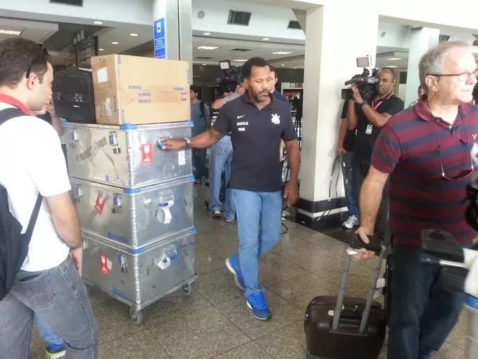 Funcionários do Corinthians levam o material do time no saguão principal  (Foto: Rodrigo Faber)