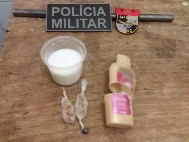 Dez pedras de crack foram encontradas dentro de um recipiente de condicionador (Foto: Divulgação/Polícia Militar)