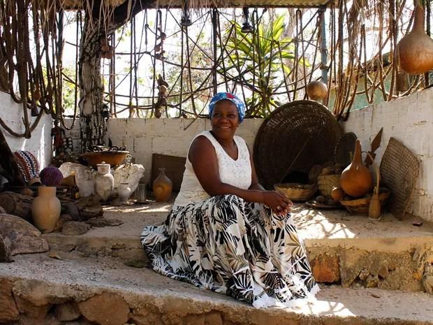 Adna Santos, conhecida como Mãe Baiana, posa para foto em terreiro de cadomblé (Foto: Jéssica Martins/Divulgação)