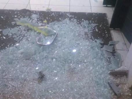 Grupo quebrou portas de agência bancária em Itapetim (Foto: Divulgação/PM)