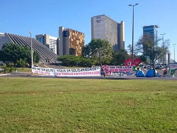 Manifestantes contrários ao impechment montam acampamento no Teatro Nacional de Brasília (Foto: Mateus Rodrigues/G1)