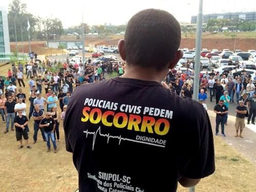Policiais civis do DF durante protesto contra sucateamento das delegacias, em frente à sede da direção geral da corporação (Foto: Mateus Vidigal/G1)