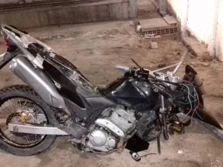 Parte da moto ficou destruída após a colisão na BR-423 (Foto: Divulgação/PRF)