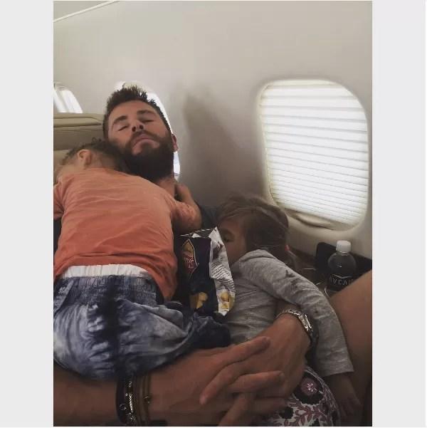 O ator Chris Hemswroth dormindo acompanhando de dois de seus filhos (Foto: Instagram)