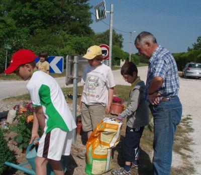 Les enfants de la commune en plein atelier jardinage